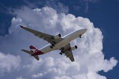 Αεριωθούμενο αεροπλάνο Qantas στην προσέγγιση προσγείωσης Στοκ Φωτογραφίες
