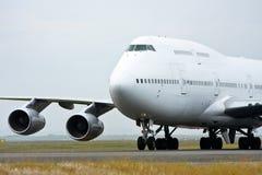 αεριωθούμενο λευκό Boeing 747 επιβατηγών αεροσκαφών Στοκ Εικόνες