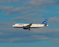Αεριωθούμενο μπλε αεριωθούμενο αεροπλάνο αερογραμμών Στοκ φωτογραφίες με δικαίωμα ελεύθερης χρήσης
