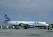 Αεριωθούμενο μπλε αεροπλάνο στο διεθνή αερολιμένα Punta Cana, Δομινικανή Δημοκρατία Στοκ Εικόνα