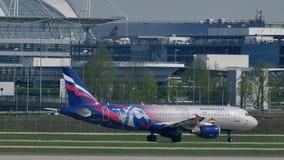 Αεριωθούμενο να μετακινηθεί με ταξί αερογραμμών Αεροφλότ ρωσικό στις αερογραμμές του Μόναχου, άνοιξη