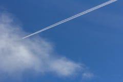 Αεριωθούμενο πέταγμα στα σύννεφα Στοκ Φωτογραφία
