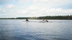 Αεριωθούμενο σκι με τη βάρκα στη ρυμούλκηση σχοινιών φιλμ μικρού μήκους
