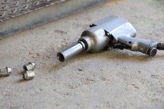 Αεροβόλο πιστόλι για τη ρόδα αυτοκινήτων αλλαγής Στοκ Εικόνα