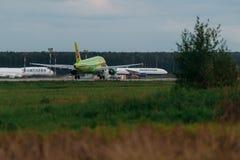 Αερογραμμές airbus A319 S7 στην ποδιά Στοκ Φωτογραφίες