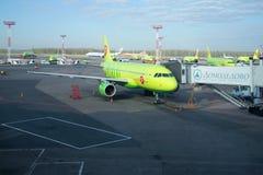 Αερογραμμές airbus A319-100 (vp-BHP) S7 στον αερολιμένα Domodedovo Στοκ Εικόνες