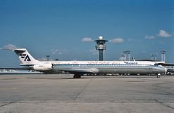 Αερογραμμές McDonnell Douglas MD-88 Aviaco που μετακινούνται με ταξί στο τερματικό μετά από μια πτήση από το Λονδίνο Στοκ φωτογραφία με δικαίωμα ελεύθερης χρήσης
