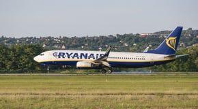 Αερογραμμή Ryanair, αεροπλάνο, Boeing 737, EI-EST που προσγειώνεται, αφή κάτω, καπνός, διάδρομος στοκ εικόνα