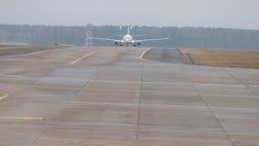 Αερολιμένας Ένας διάδρομος Ένα αεροπλάνο είναι έτοιμο στην απογείωση απόθεμα βίντεο