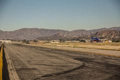 Αερολιμένας Καλιφόρνιας με μια προσγείωση αεροπλάνων στοκ εικόνες