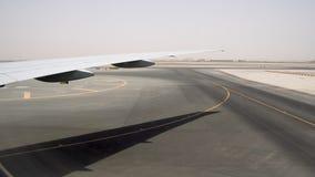 Αερολιμένας στην καυτή έρημο στην ημέρα Διάδρομος προσγείωσης με τα κίτρινα σημάδια απόθεμα βίντεο