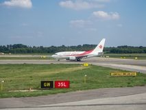 Αερολιμένας του Μιλάνου, Ιταλία, Malpensa Αέρας Algerie Boeing 737 600 έτοιμα να απογειωθούν στοκ εικόνα με δικαίωμα ελεύθερης χρήσης