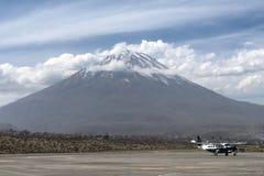 Αερολιμένας Arequipa με το ηφαίστειο Misti στο υπόβαθρο στο Περού Στοκ Φωτογραφία