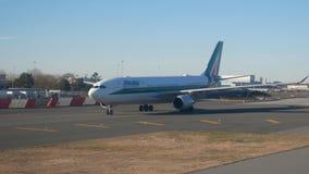 Αερολιμένας JFK, ΝΈΑ ΥΌΡΚΗ, ΗΠΑ - το Δεκέμβριο του 2017 - αεροσκάφη Alitalia πριν από την απογείωση στο διάδρομο φιλμ μικρού μήκους