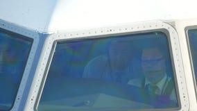 Αερολιμένας JFK, ΝΈΑ ΥΌΡΚΗ, ΗΠΑ - το Δεκέμβριο του 2017 - capitan των αεροσκαφών και του πληρώματος του αεροσκάφους στην καμπίνα  απόθεμα βίντεο