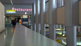 ΑΕΡΟΛΙΜΕΝΑΣ ΤΗΣ ΡΩΣΙΑΣ, ΜΟΣΧΑ, SHEREMETYEVO: 27 12 2016: ο κενός αερολιμένας, ψωνίζουν duty free και η πινακίδα εστιατορίων φιλμ μικρού μήκους