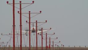 Αεροπλάνα αερογραμμών που προσγειώνονται την προσέγγιση αεροσκαφών φιλμ μικρού μήκους