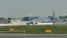 Αεροπλάνα που κάνουν το ταξί στον αερολιμένα της Φρανκφούρτης, FRA απόθεμα βίντεο