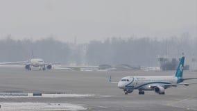Αεροπλάνα που κινούνται στον αερολιμένα του Μόναχου, χειμώνας με το χιόνι φιλμ μικρού μήκους