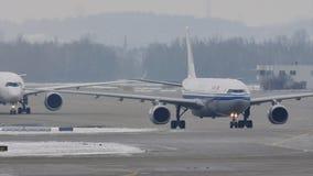 Αεροπλάνα που κινούνται στον αερολιμένα του Μόναχου, χειμώνας με το χιόνι απόθεμα βίντεο