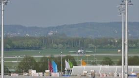 Αεροπλάνα στον αερολιμένα του Μόναχου, άνοιξη απόθεμα βίντεο