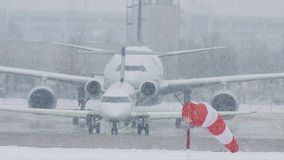 Αεροπλάνα στον αερολιμένα του Μόναχου, ισχυρή χιονόπτωση φιλμ μικρού μήκους