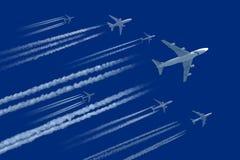 Αεροπλάνα στο μπλε ουρανό στοκ εικόνες
