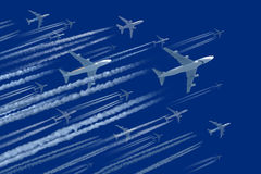 Αεροπλάνα στο μπλε ουρανό στοκ εικόνα