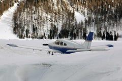 Αεροπλάνα στο χιονισμένο τοπίο και βουνά στα όρη Ελβετία Στοκ φωτογραφία με δικαίωμα ελεύθερης χρήσης