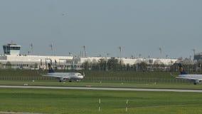 Αεροπλάνα της Lufthansa που μετακινούνται με ταξί στον αερολιμένα του Μόναχου, άνοιξη