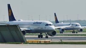 Αεροπλάνα της Lufthansa που μετακινούνται με ταξί στον αερολιμένα της Φρανκφούρτης, FRA απόθεμα βίντεο