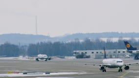 Αεροπλάνα της Lufthansa στις τελικές πύλες, αερολιμένας του Μόναχου απόθεμα βίντεο