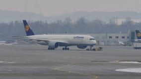 Αεροπλάνα της Lufthansa στον αερολιμένα του Μόναχου, χιόνι απόθεμα βίντεο
