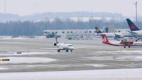 Αεροπλάνα του Βερολίνου της Lufthansa και αέρα στον αερολιμένα του Μόναχου, Γερμανία απόθεμα βίντεο