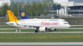Αεροπλάνα Pegasus και της Lufthansa που κάνουν το ταξί στο διάδρομο απόθεμα βίντεο