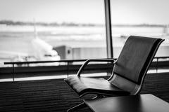 Αεροπλάνο, άποψη από το τερματικό αερολιμένων με τις άδειες θέσεις στη αίθουσα αναμονής αερολιμένων κοντά στην πύλη Έννοια ταξιδι Στοκ Φωτογραφίες