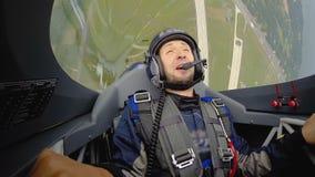 Αεροπλάνο αεριωθούμενων αεροπλάνων που κάνει το βρόχο στον αέρα, αστείο σύνολο ατόμων της χαράς που γελά και που χαμογελά απόθεμα βίντεο