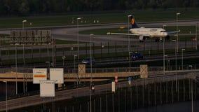 Αεροπλάνο αεριωθούμενων αεροπλάνων της Lufthansa που μετακινείται με ταξί στον αερολιμένα του Μόναχου, MUC απόθεμα βίντεο
