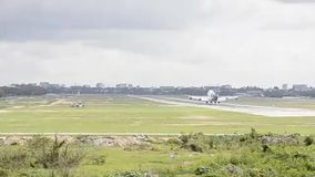 Αεροπλάνο αεριωθούμενων αεροπλάνων του Boeing που προσγειώνεται στον αερολιμένα διαδρόμων απόθεμα βίντεο