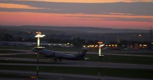 Αεροπλάνο Αεροφλότ που απογειώνεται στο σούρουπο Αερολιμένας Sheremetyevo στη Μόσχα φιλμ μικρού μήκους