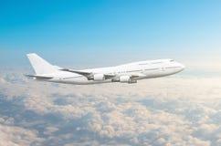 Αεροπλάνο δύο-ιστορίας στον ουρανό επάνω από το ύψος ήλιων ταξιδιών πτήσης σύννεφων Στοκ Εικόνες