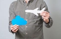Αεροπλάνο εγγράφου εκμετάλλευσης ατόμων Στοκ φωτογραφία με δικαίωμα ελεύθερης χρήσης