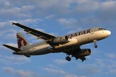 Αεροπλάνο εναέριων διαδρόμων του Κατάρ που πετά στους εξωτικούς προορισμούς στοκ φωτογραφία με δικαίωμα ελεύθερης χρήσης