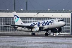 Αεροπλάνο εναέριων διαδρόμων Adria που απογειώνεται, χιόνι στο διάδρομο στοκ φωτογραφία