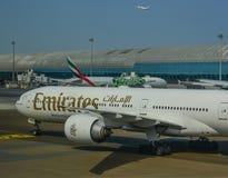 Αεροπλάνο επιβατών που ελλιμενίζει στον αερολιμένα στοκ φωτογραφία