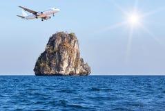 Αεροπλάνο επιβατών που πετά επάνω από το μικρό νησί ασβεστόλιθων στην τροπική andaman θάλασσα με το φως του ήλιου Στοκ Εικόνες