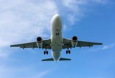 Αεροπλάνο επιβατών στα σύννεφα Στοκ φωτογραφία με δικαίωμα ελεύθερης χρήσης