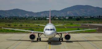 Αεροπλάνο επιβατών στον αερολιμένα στοκ φωτογραφίες