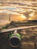 Αεροπλάνο επιβατών στο ηλιοβασίλεμα που περιμένει τους επιβάτες στοκ εικόνες