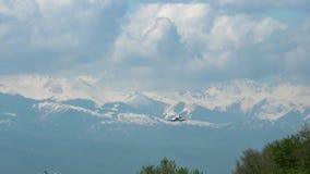 Αεροπλάνο επιχειρησιακών αεριωθούμενων αεροπλάνων που πλησιάζει ενάντια στα βουνά απόθεμα βίντεο